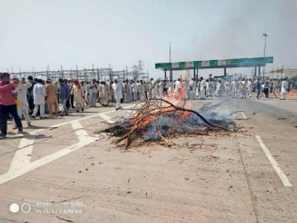 खटकड़ टोल पर किसानों ने तीनों कानूनों की प्रतिया जला कर दहन किया। - Dainik Bhaskar