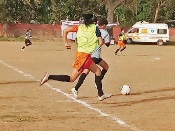 अम्बाला |हरियाणा वूमन फुटबॉल लीग के तीसरे दिन आर्य फुटबॉल क्लब जींद और यंगस्टार वूमन क्लब करनाल के खिलाड़ी खेलते हुए। - Dainik Bhaskar