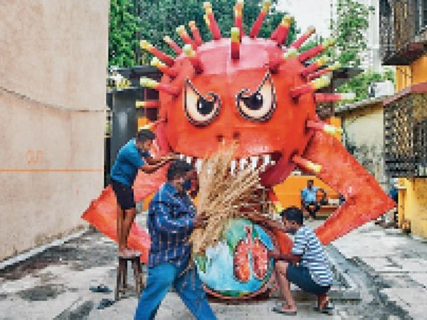 मुंबई में कोरोना संक्रमण के बढ़ते मामलों के बीच लोगों ने कोरोना वायरस का हाेलिका बनाकर उसे दहन किया। - Dainik Bhaskar