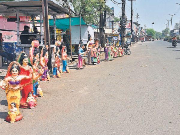 होली के रंग में कोरोना का भंग: ग्राहक के इंतजार में प्रतिमाएँ सड़क पर ही जमी रहीं। - Dainik Bhaskar