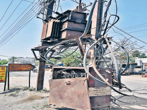 कंचनपुर में ट्रांसफाॅर्मर का लटक रहा पल्ला। - Dainik Bhaskar