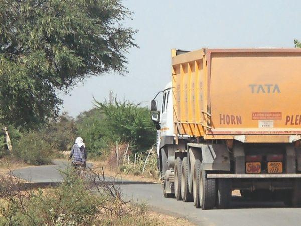 पुरा-सुरपुरा मार्ग पर निकलते हुए भारी वाहन। - Dainik Bhaskar
