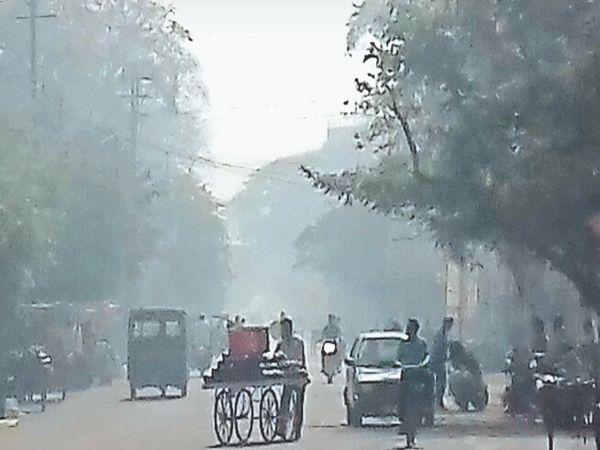 रविवार अलसुबह से 10 बजे तक शहर के आसमान में धुएं की धुंध छाई रही। - Dainik Bhaskar