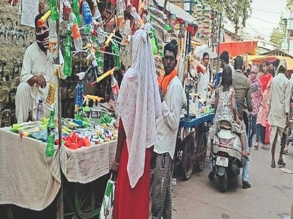 बाजार में रंग गुलाल की दुकानों पर रही ग्राहकों की भीड़। - Dainik Bhaskar