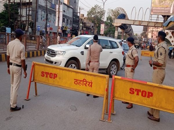 शहर में रविवार से ही सभी प्रमुख जगहों पर पुलिस तैनात हो गई। गाड़ियों की जांच भी की। - Dainik Bhaskar