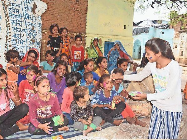 हरपुरा मड़िया गांव में बच्चियों ने बुजुर्ग महिलाओं के सम्मान में होली खेली।