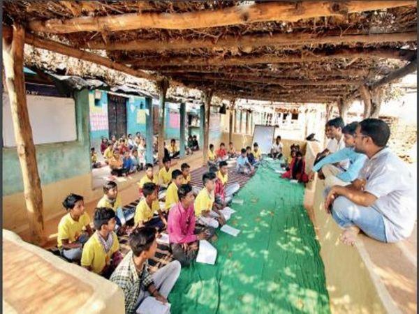 कुटीर में पढ़ते बच्चे। - Dainik Bhaskar