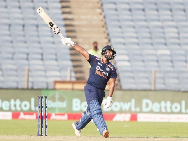 ऋषभ पंत ने 62 बॉल पर 78 रन की पारी खेली। उन्होंने एक हाथ से छक्का भी जड़ा।