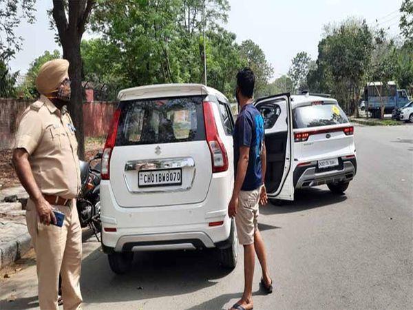 पुलिस ने नाके लगाकर गाड़ियों की चेकिंग की।