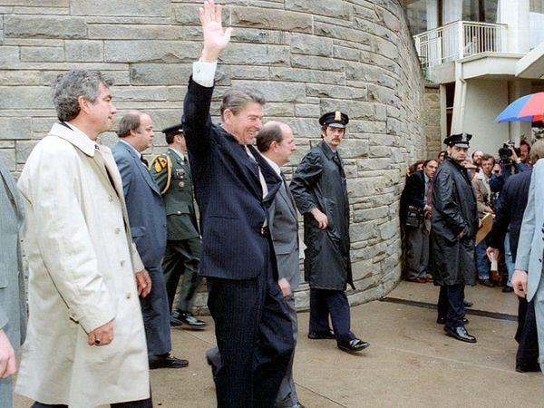 आज ही के दिन 1981 में वॉशिंगटन में अमेरिकी राष्ट्रपति रोनाल्ड रीगन पर जानलेवा हमला हुआ था। हमले से ठीक पहले रीगन।