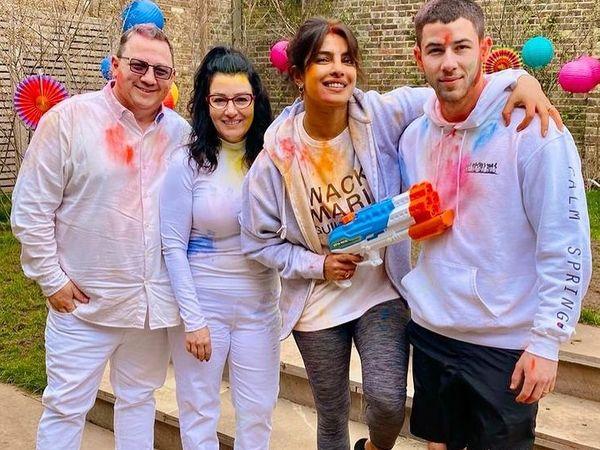 प्रियंका चोपड़ा ने अपकमिंग हॉलीवुड फिल्म 'मैट्रिक्स 4' की शूटिंग से कुछ समय का ब्रेक लेकर पति निक जोनस, ससुर पॉल केल्विन जोनस और सास डेनिस मिलर जोनस के साथ लंदन में  होली मनाई। - Dainik Bhaskar