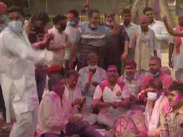 यह फोटो अमृतसर की है। यहां भी लोगों ने ढोलक-मंजीरा बजाकर होली मनाई। लोग रंग-गुलाल में रंगे हुए नजर आए।