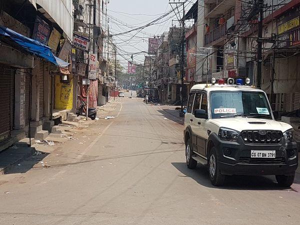 तस्वीर रायपुर की है। मालवीय रोड पर इस तरह का सन्नाटा सोमवार को सुबह से ही देखने को मिला, जबकि हर साल यहां होली के दिन भीड़ होती थी। - Dainik Bhaskar