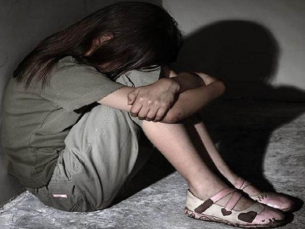जींद में एक कोच पर कुश्ती सीख रही एक किशोरी के साथ दुष्कर्म किए जाने का आरोप लगा है। -मायूस बैठी दुष्कर्म पीड़िता की सिंबॉलिक इमेज - Dainik Bhaskar