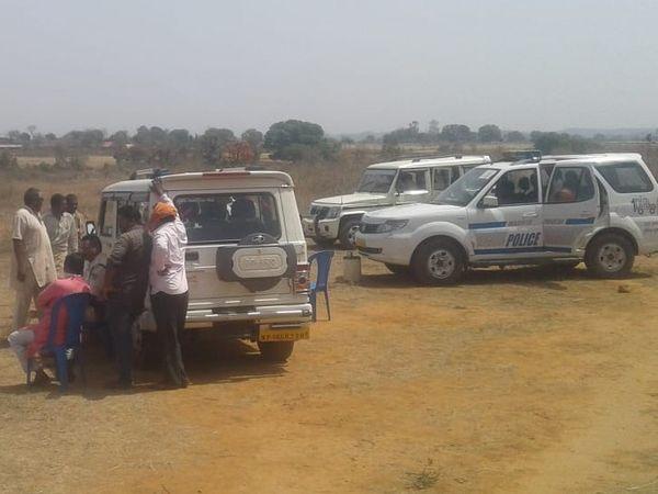 धारकुंडी थाना अंतर्गत झखौरा के समीप पियरा गांव में शव मिलने के बाद जांच करते थाना प्रभारी - Dainik Bhaskar