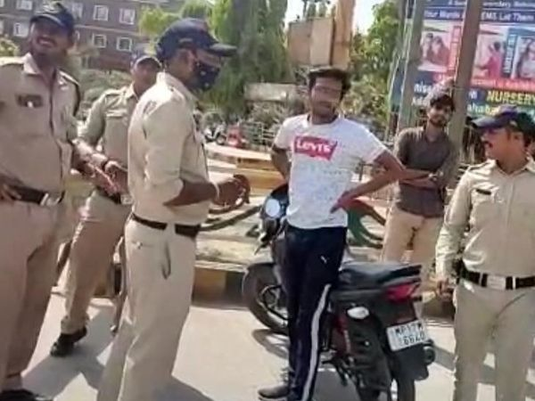 रीवा शहर के मुख्य चौराहों पर चेकिंग लगाकर बाइक की हवा निकालते पुलिसकर्मी। - Dainik Bhaskar
