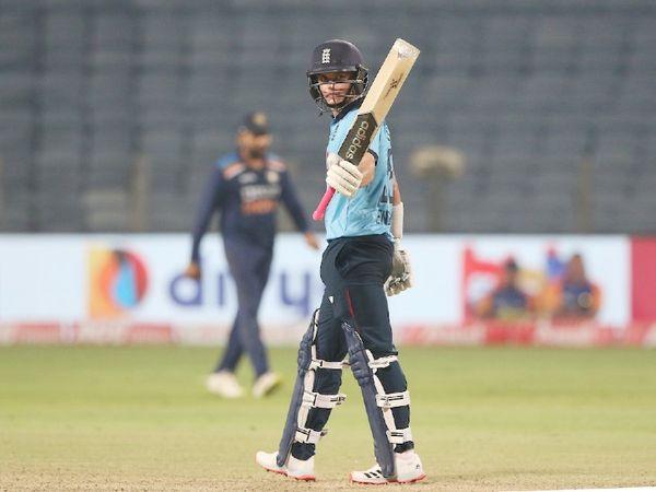 करियर के 8वें वनडे में सैम करन ने पहली फिफ्टी लगाई। हालांकि वे टीम को जिता नहीं सके।
