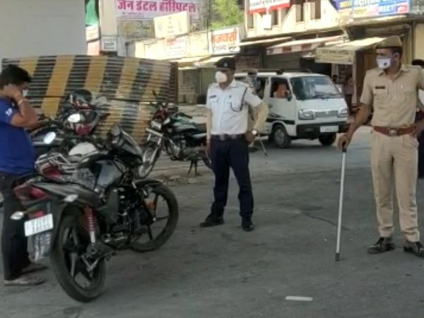 शहर के चौराहों पर पुलिस के जवान मुस्तेद रहे। हुड़दंगियों को रोक उन्हें कोरोना गाइडलाइन पालना करवाते नजर आए