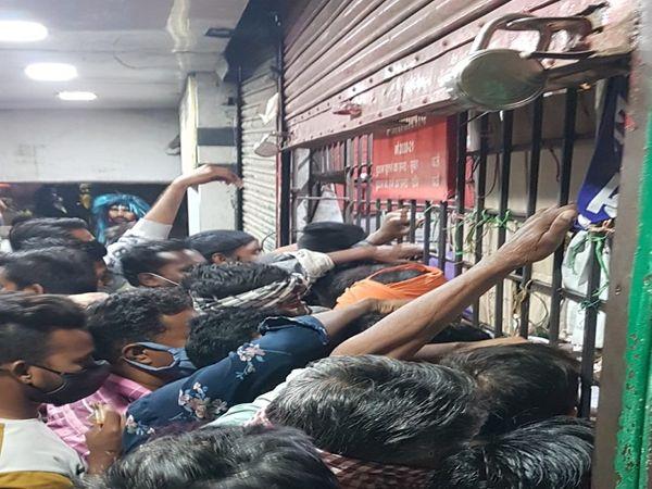 तस्वीर रायपुर के कटोरा तालाब इलाके की शराब दुकान की है। ये हाल तब है जब कलेक्टर ने शहर में धारा 144 लगा रखी है। - Dainik Bhaskar
