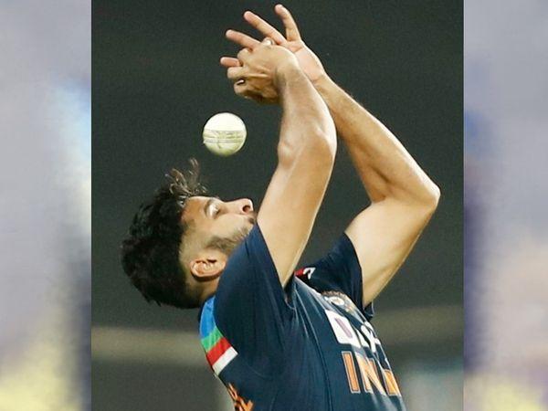 49वें ओवर में शार्दूल ने इंग्लिश बैट्समैन मार्क वुड का आसान सा कैच छोड़ा।