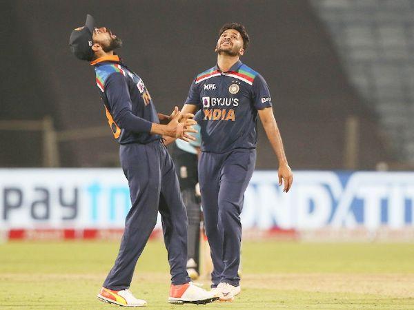 शार्दूल ठाकुर ने 4 विकेट लिए। उनके साथ जश्न मनाते विराट कोहली।