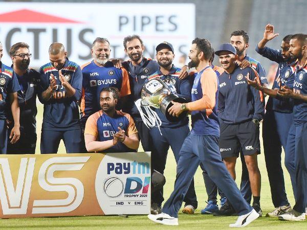ट्रॉफी के साथ भारतीय कप्तान विराट कोहली और साथी खिलाड़ी।