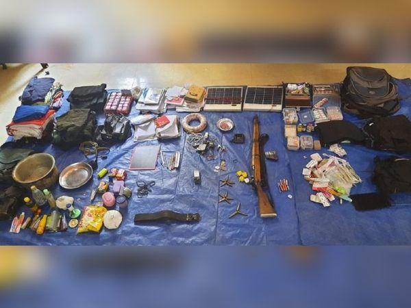 जंगल में नक्सलियों के बरामद सामान में रोजाना इस्तेमाल की जाने वाली वस्तुएं भी हैं।