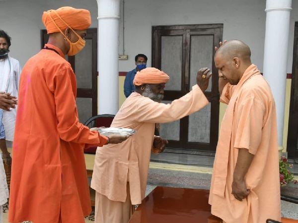गोरक्षनाथ मंदिर में होली पर्व पर टीका लगवाते मुख्यमंत्री योगी आदित्यनाथ। - Dainik Bhaskar