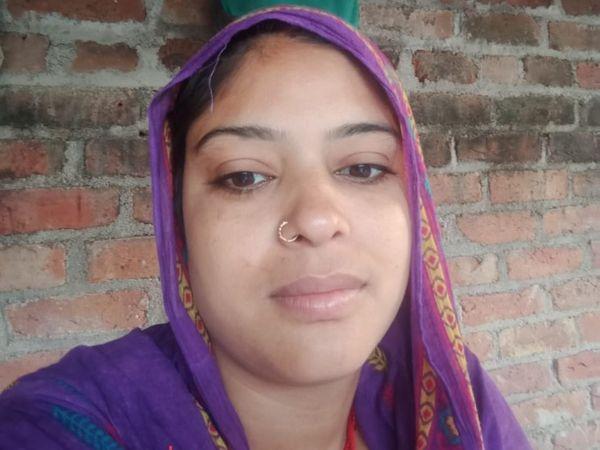 आरोपी रेशमा अपने छोटे बेटे जीशान को भी साथ ले गई है। रेशमा जिसके साथ भागी है वह रिश्ते में उसका ननदोई लगता है।