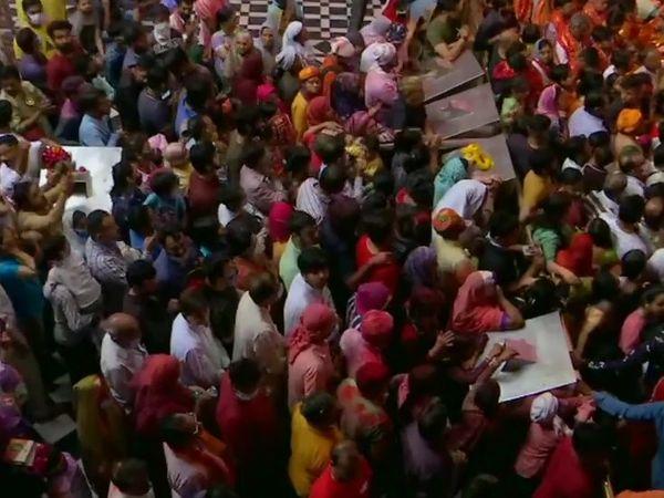 बांके बिहारी मंदिर में होली के रंग में डूबे लोग।