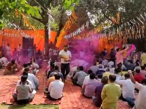गोरखपुर में होली खेलते लोग।