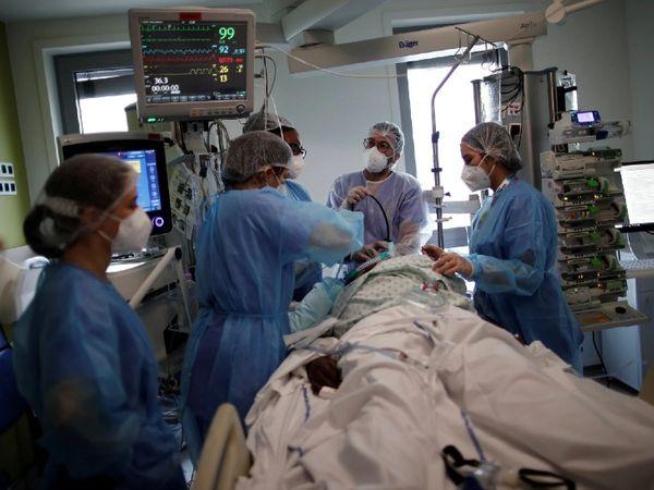फोटो पेरिस की है। यहां एक बार फिर से कोरोना मरीजों की संख्या में बढ़ोतरी दर्ज की गई है। डॉक्टर्स और अस्पताल प्रशासन ने इसको लेकर चेतावनी जारी की है।