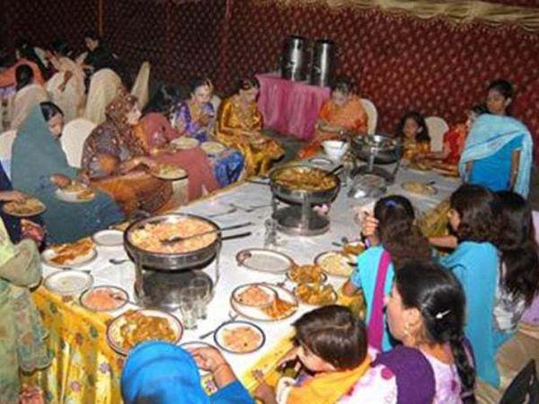 फोटो पाकिस्तान के कराची शहर की है। यहां शादी समारोह में लोग बगैर फेस मास्क के निकल रहे हैं। अब सरकार ने इस पर पाबंदी लगा दी है।