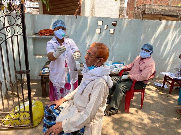 दुर्ग-भिलाई में स्वास्थ्यकर्मी कोरोना जांच के लिए सैंपल लेते हुए।