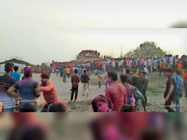 ढोल नगाड़ा बजाकर परंपरागत होली मनाते गांव के लोग। - Dainik Bhaskar