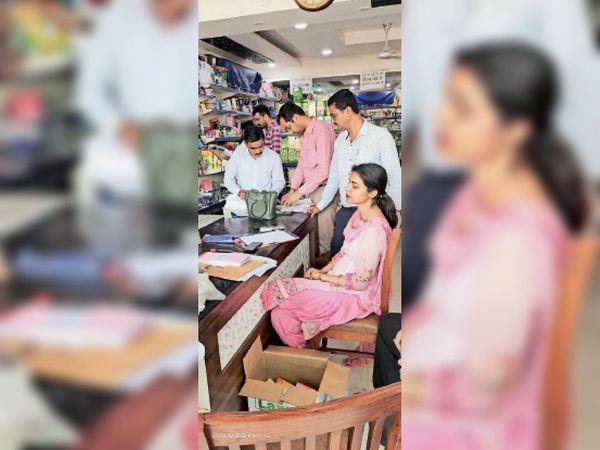 चेकिंग दौरान सेल टैक्स विभाग के अधिकारी। - Dainik Bhaskar