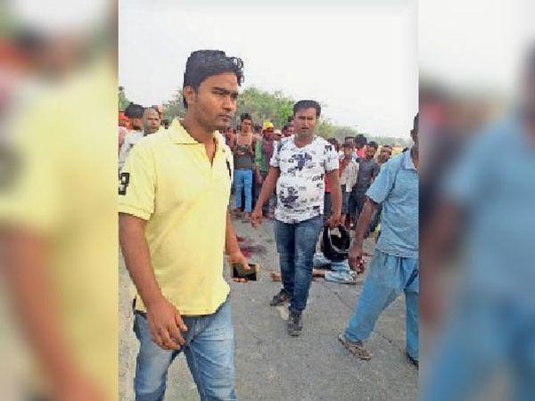 राघोपुर के गद्दी में घटनास्थल पर मौजूद लोग। - Dainik Bhaskar