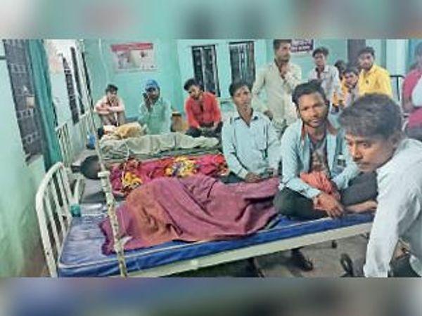 अस्पताल में भर्ती जख्मी और उपस्थित उनके परिजन। - Dainik Bhaskar