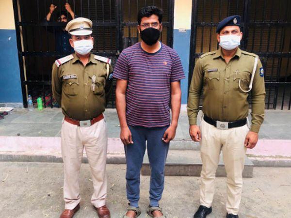 बद्दी पुलिस की गिरफ्त में लोगों से लोन के नाम पर प्रोसेसिंग फीस के रूप में पैसे ऐंठने का बैंगलोर निवासी आरोपी। - Dainik Bhaskar