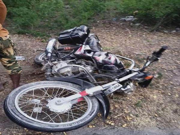 बठिंडा में बस से टकराने के बाद घटनस्थल पर पड़ी क्षतिग्रस्त मोटरसाइकल। - Dainik Bhaskar