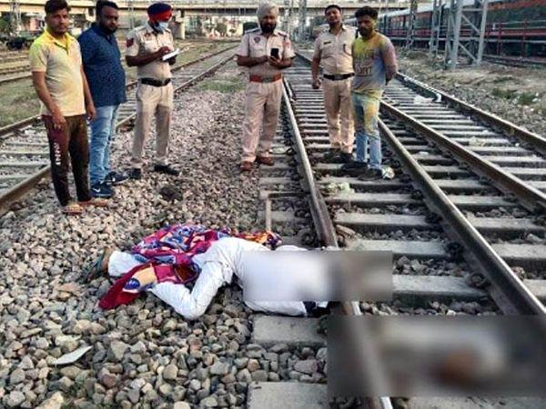 बठिंडा के संतपुरा इलाके में रेलवे ट्रैक के किनारे पड़ी अधेड़ उम्र के व्रूक्ति की लाश और मुआयाना करने पहुंची GRP की टीम। - Dainik Bhaskar