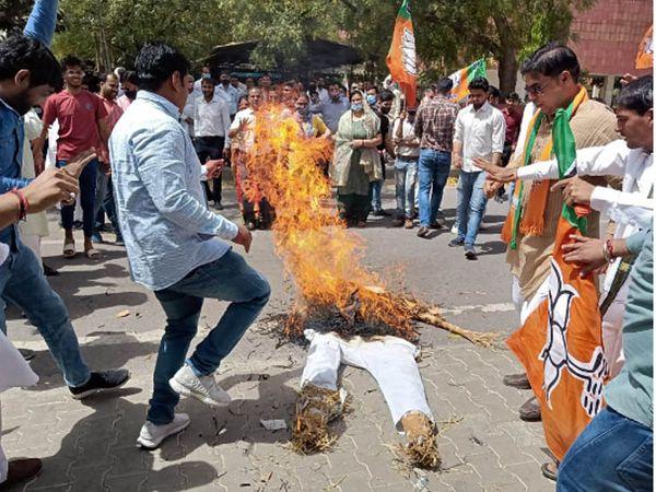 फरीदाबाद में मुख्यमंत्री का पुतला जलाते भाजपा कार्यकर्ता।