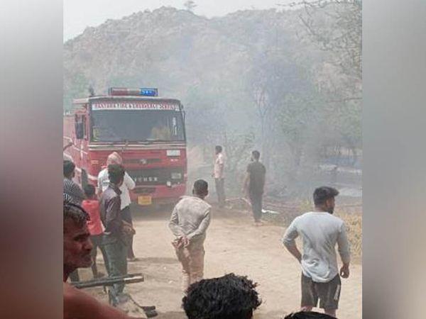 अभयपुर गांव में एक बाड़े में दमदमा झील की तरफ लगे कूप और बिटोड़े में आग पर काबू पाने की कोशिश में दमकल विभाग की टीम।