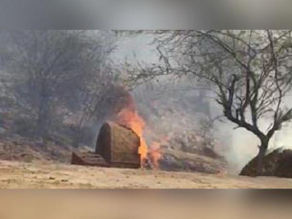 लाला खेड़ली गांव में बिजली लाइन की चिंगारी से भूसे के ढेर में लगी आग।