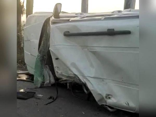 अज्ञात वाहन से टक्कर के बाद पलटी कार, जिसमें सवार पांच लोग हादसे का शिकार हो गए।