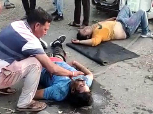 करनाल में सड़क हादसे में मारे गए युवक को चेक करता एक ग्रामीण। उसने काफी देर तक उसे झंझोड़ा, लेकिन उसकी सांस नहीं जुड़ी। - Dainik Bhaskar