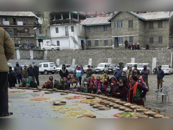 स्नो फेस्टिवल के समापन समारोह में उपस्थित लोग। - Dainik Bhaskar