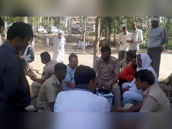 पलवल में हत्या के बाद जिला अस्पताल में पोस्टमॉर्टम के लिए कागजी कार्रवाई करते पुलिस अधिकारी। - Dainik Bhaskar