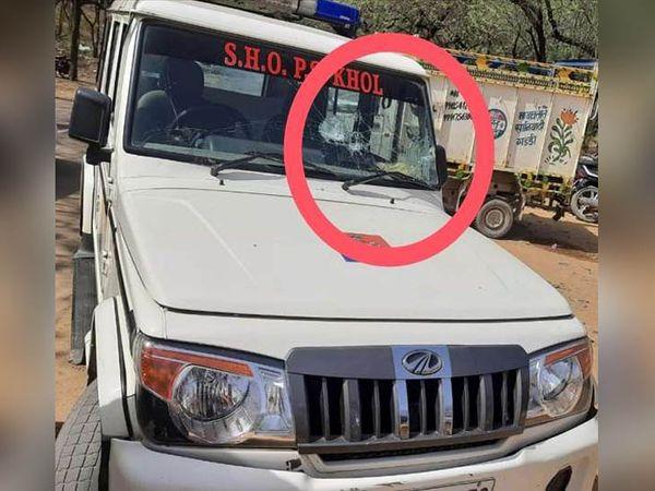 रेवाड़ी में होली के उत्सव के दौरान हुए विवाद में तोड़ी गई पुलिस की गाड़ी। - Dainik Bhaskar