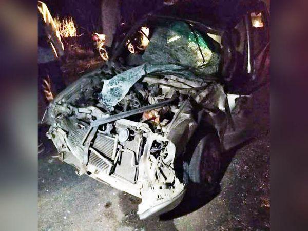 सिरसा में नियंत्रण होकर ट्रॉली से टकराने के बाद क्षतिग्रस्तअ कार, जिसमें सवार एक युवक की मौत हो गई। - Dainik Bhaskar